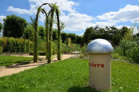 Arche de saule et poivrières dans le jardin A table !