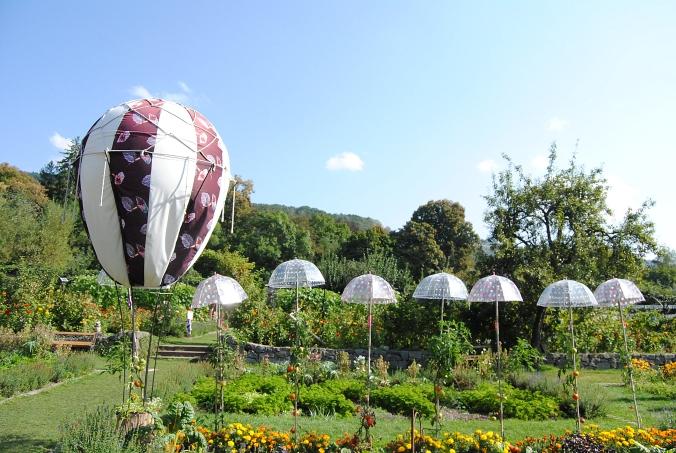 mongolfière et parapluies.JPG