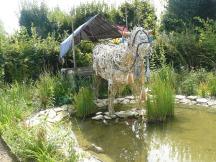 Le bœuf en osier tirant le char festif du jardin Le mon d'Orbae aux îles Indigo