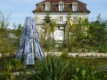 Le bâtiment des Commis vu depuis le jardin Le monde d'Orbae aux îles Indigo
